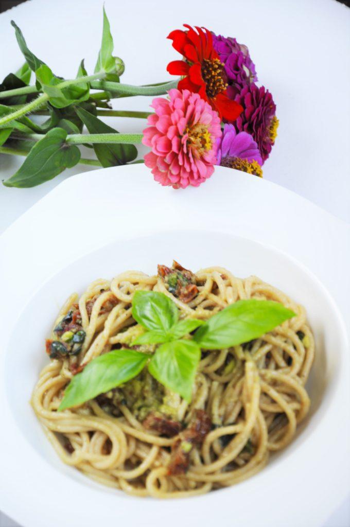 Fit spaghetti carbonara. Dietetyczny makaron z awokado, suszonymi pomidorami, bazylią. Zdrowy, wegetariański makaron pełnoziarnisty a'la carbonara.