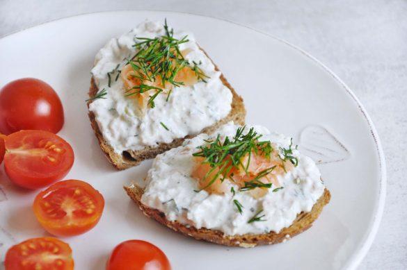 Kremowa pasta kanapkowa z łososiem i awokado - pomysł na śniadanie