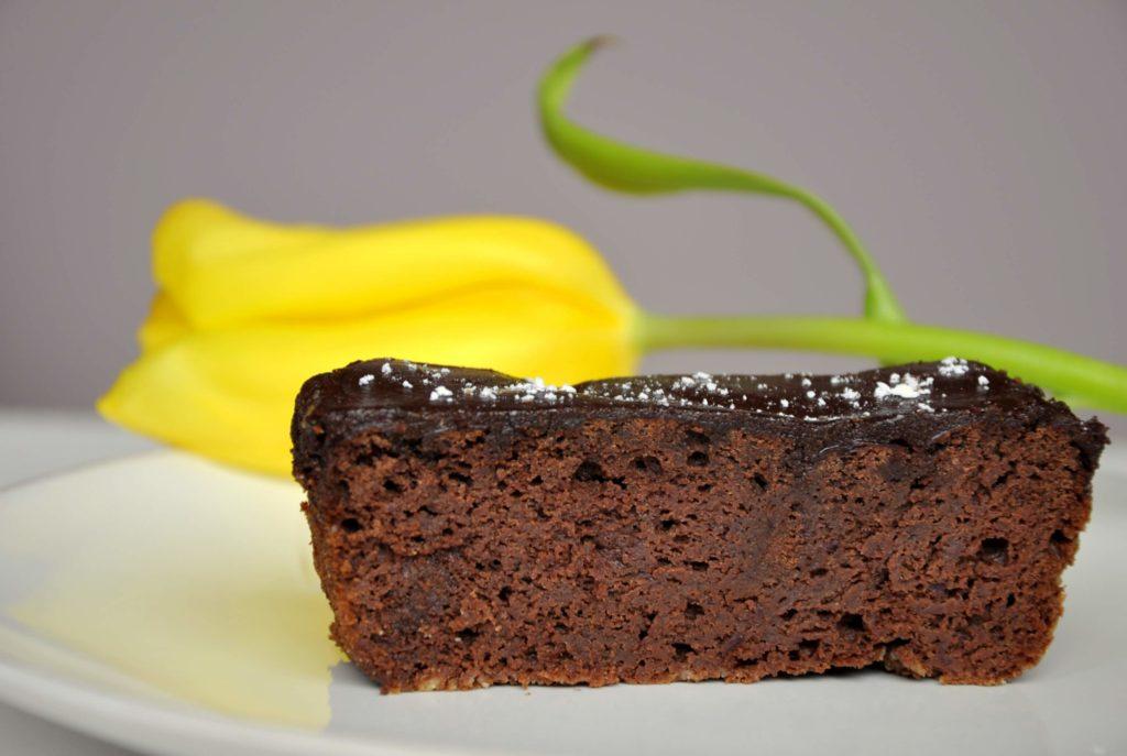 Ciasto czekoladowe z czerwonej fasoli (brownie) z pyszną fit polewą