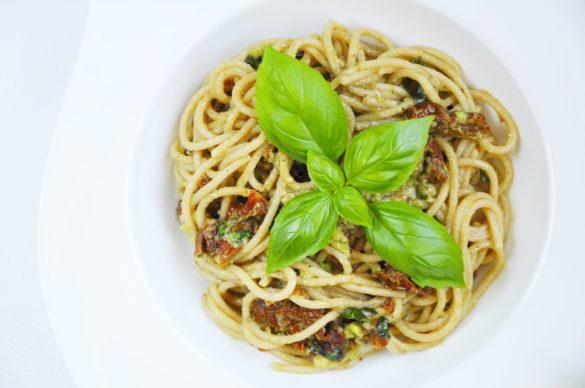 Fit spaghetti carbonara – wegetariański makaron z awokado, suszonymi pomidorami i bazylią