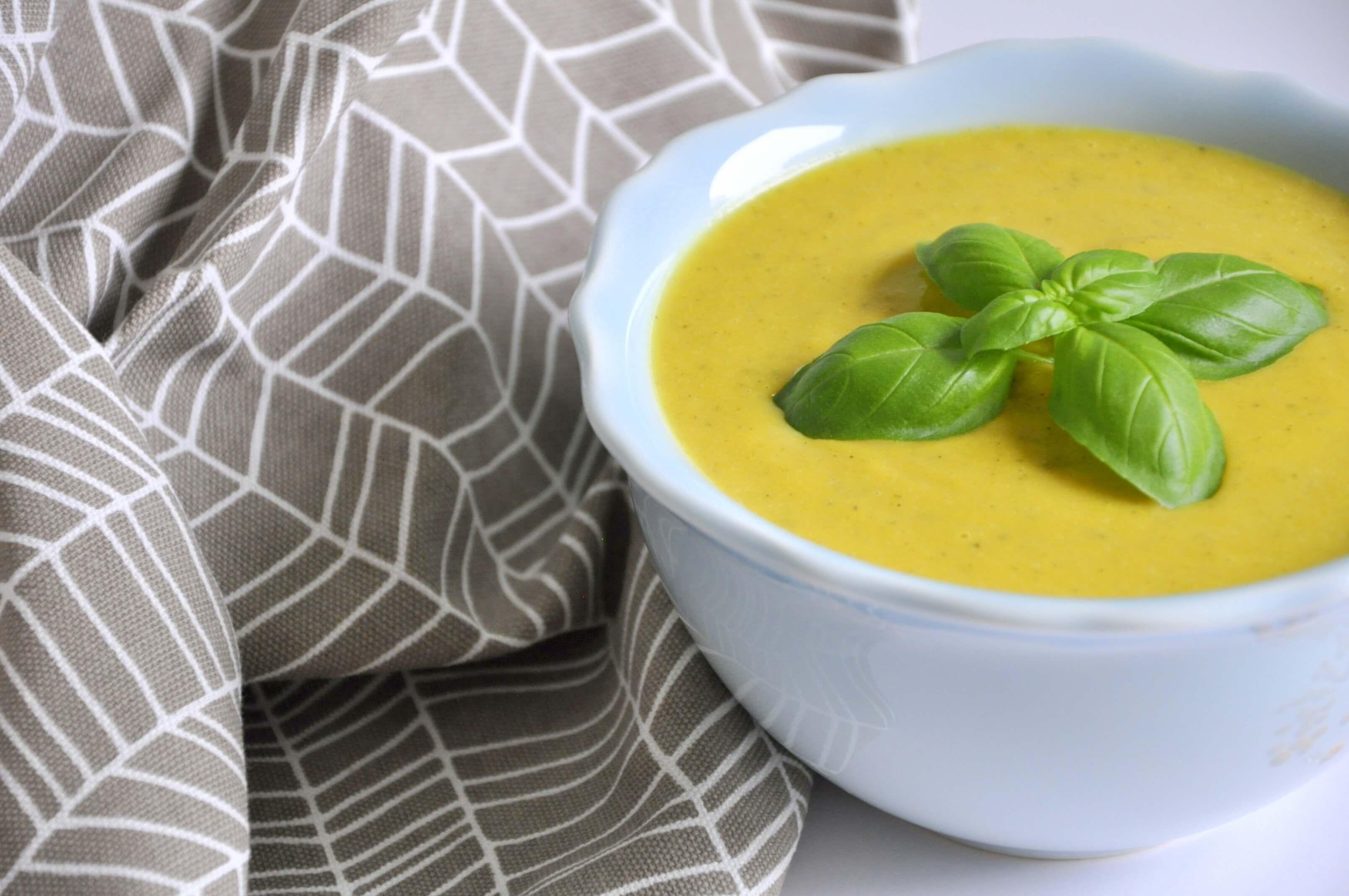 Wegetariańska zupa krem z czerwonej soczewicy