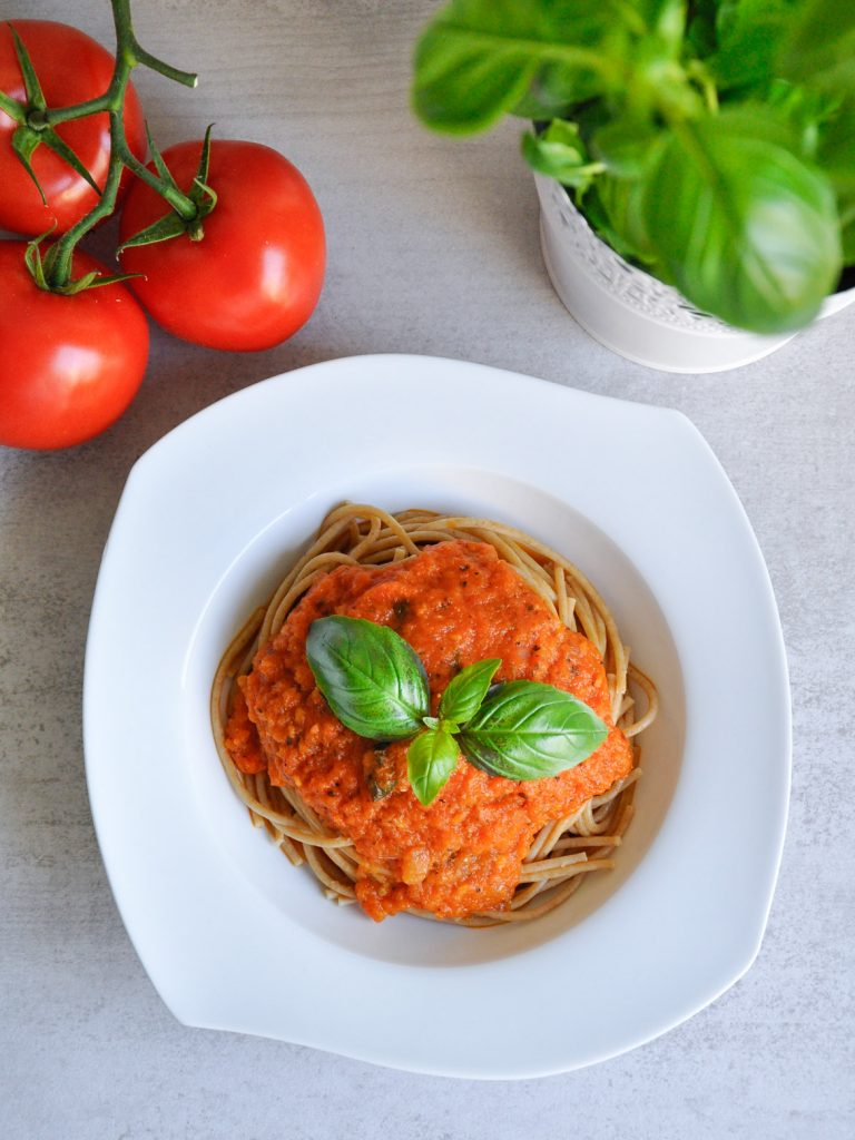Włoskie spaghetti pełnoziarniste z sosem pomidorowym - pomysł na prosty i zdrowy obiad