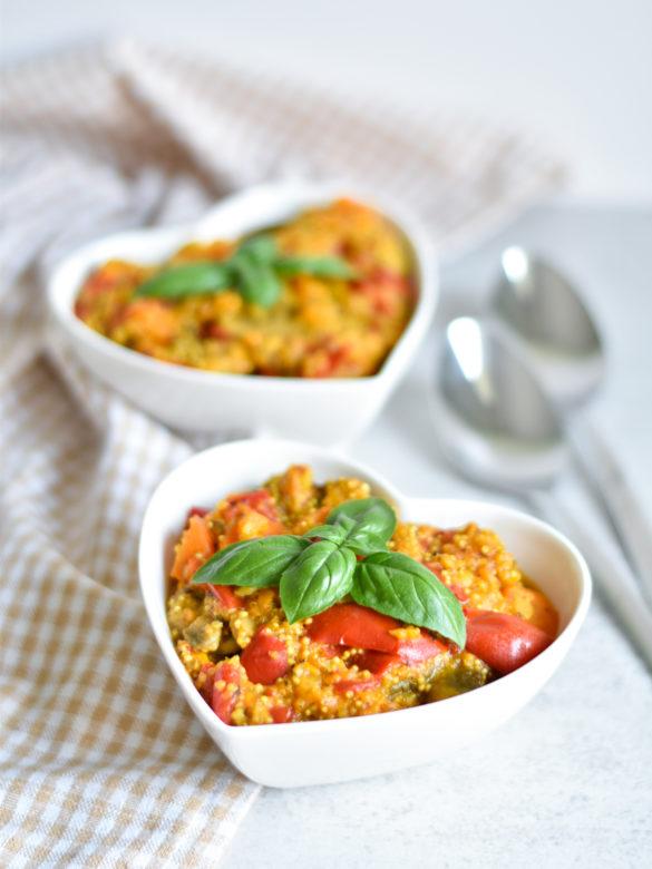 Jednogarnkowy, wegański gulasz warzywny z batatami i quinoa - pomysł na szybki, łatwy i zdrowy obiad